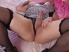 Sexy Curvy Amber Action Jacks Off